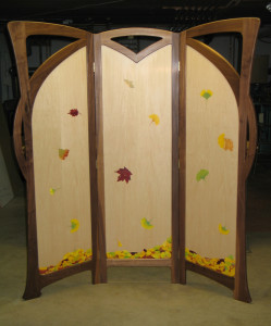 The reverse side of the screen is painted with falling and drifting leaves.